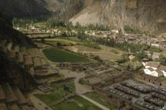 Vista desde la parte alta de Ollantaytambo de su sector ceremonial bajo y asentamiento incas.