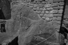 Del profundo conocimiento del medio no solo dependía la supervivencia, y el hombre en América genero una conexión real entre las intervenciones y el medio natural. El agua fue el recurso sobre el que giraron todas las estrategias; sus similitudes a lo largo y ancho del continente hacen evidente su éxito. Son impresionantes las semejanzas en la manera cómo culturas tan lejanas como los Pueblo del suroeste de los Estados Unidos (en la foto) o los incas en los Andes peruanos, monumentalizaron la naturaleza -nacimientos de agua o singularidades en el territorio- con fines religiosos, ceremoniales y prácticos.